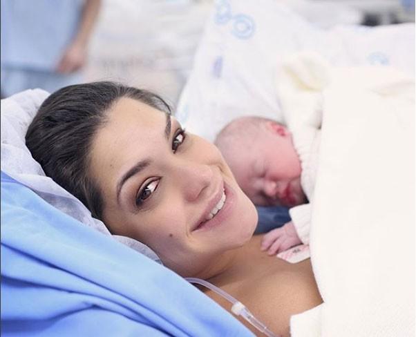 Thais e Teodoro minutos após o nascimento (Foto: Reprodução - Instagram)