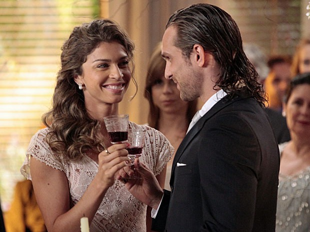 Ester diz o 'sim' a Alberto mesmo após a notícia de Chico (Foto: Flor do Caribe/TV Globo)