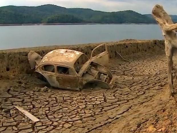 Seca em represa do Cantareira revela 'cemitério de carros' no interior de SP (Foto: Eduardo de Paula/ TV Vanguarda)