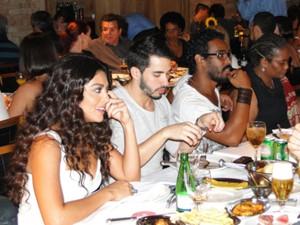 Descontração: Juliana Paes papeia com amigos (Foto: Gabriela/TV Globo)
