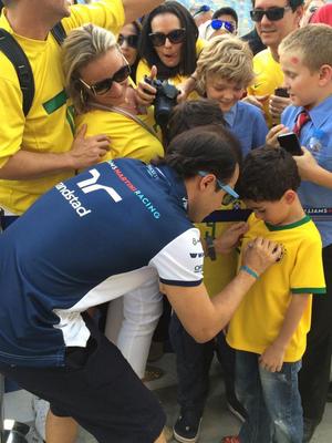 Felipe Massa dá autógrafo em fã com a camisa brasileira no GP do Bahrein (Foto: Divulgação)