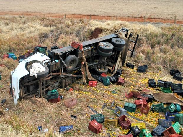 Caminhão carregado com laranjas saiu da pista e capotou no barranco (Foto: Osvaldo Duarte/ Dourados News)