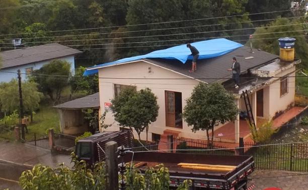 Famílias utilizam lonas para cobrir residências atingidas pelo granizo em Campo Erê (Foto: Campoere.com/Divulgação)