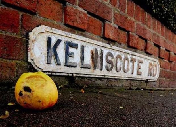 Em 2011, uma 'avanlanche' de mais de 100 maçãs caiu em uma das principais ruas de Coventry, no Reino Unido. A rua ficou repleta de maçãs após elas atingirem para-brisas de carros e pessoas perto do horário de pico do trânsito. A bizarra 'chuva de maçãs' pode ter sido causada por uma corrente de ar que levou as frutas de algum jardim ou pomar próximo, soltando-as no cruzamento entre as ruas Keresley Road e Kelmscote Road. (Foto: Reprodução)