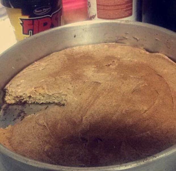 Rafael começou a experimentar receitas novas de comidas saudáveis: na foto, bolo de banana integral com cobertura de pasta de amendoim com canela (Foto: Rafael Azevedo/Arquivo pessoal)