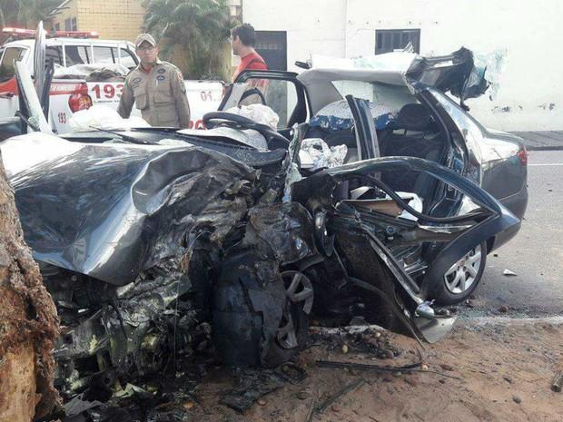 Carro que a estudante dirigia ficou destruído na batida (Foto: Divulgação/PM)