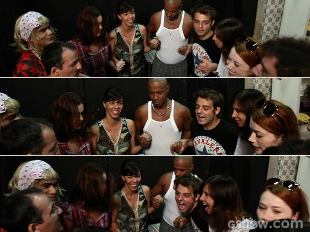 Os atores rezam uma prece antes de entrar em cena (Foto: Atormentados/ TV Globo)