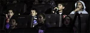 Estudantes comemoram o dia de quebra da rotina, dentro do cinema (Reprodução)