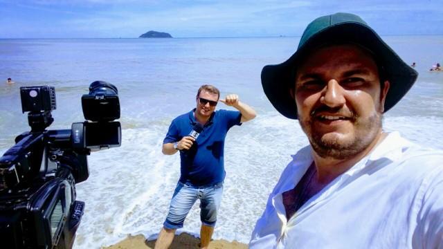 Repórter Kleber Pizzamiglio e conegrafista Douglas Souza no #Partiu Praia (Foto: RBS TV/Divulgação)
