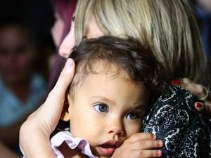 Cláudia Cavalcanti reencontra filha Júlia no Aeroporto do Recife (Foto: Marlon Costa/Pernambuco Press)