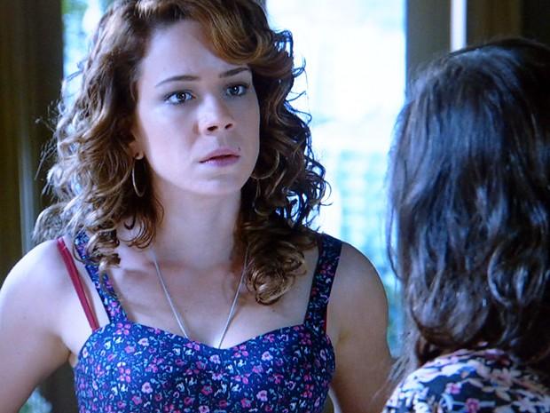 Cris coloca Cora contra a parede (Foto: Império/TV Globo)