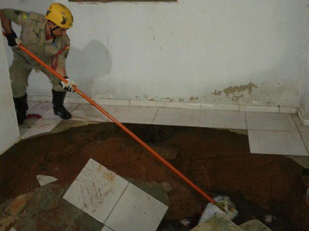 Casal cai em fossa que se abriu em quarto enquanto dormiam, em Senador Canedo, Goiás (Foto: Divulgação/Corpo de Bombeiros)