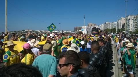 Manifestantes se reúnem na Praia de Copacabana, no Rio de Janeiro (Foto: Cristina Grillo)