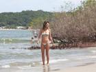 Alessandra Ambrósio reforça o bronzeado em dia de praia, em Floripa