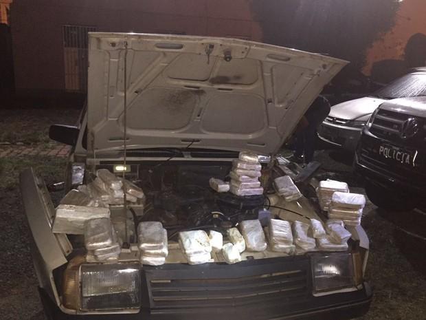 Havia cocaína e crack escondidos no carro (Foto: Divulgação/Denarc)