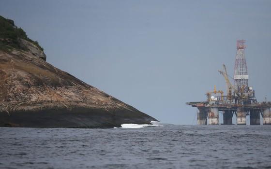 Plataforma de petróleo no litoral do Rio de Janeiro (Foto: Mario Tama/Getty Images)