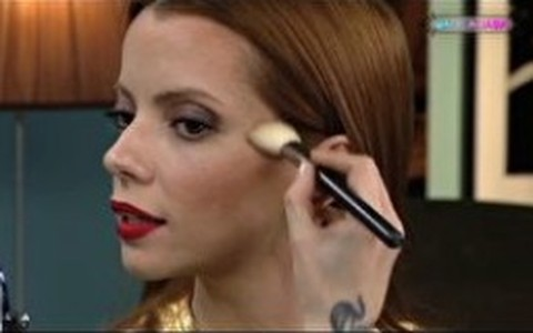 Julia Petit ensina truques de maquiagem para afinar o rosto