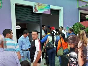 Venezuelanos formam fila para comprar comida em ateliêr transformado em mercado para venda de alimentos (Foto: Emily Costa/ G1 RR)