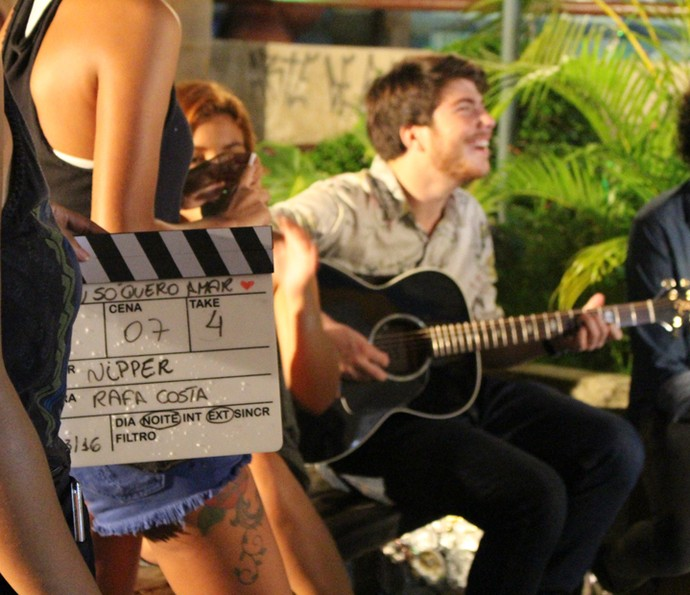 Thales se empolga com o violão (Foto: Rodrigo Brisolla/Gshow)