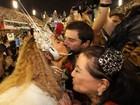 Sabrina Sato beija Duda Nagle e cumprimenta sogra durante desfile