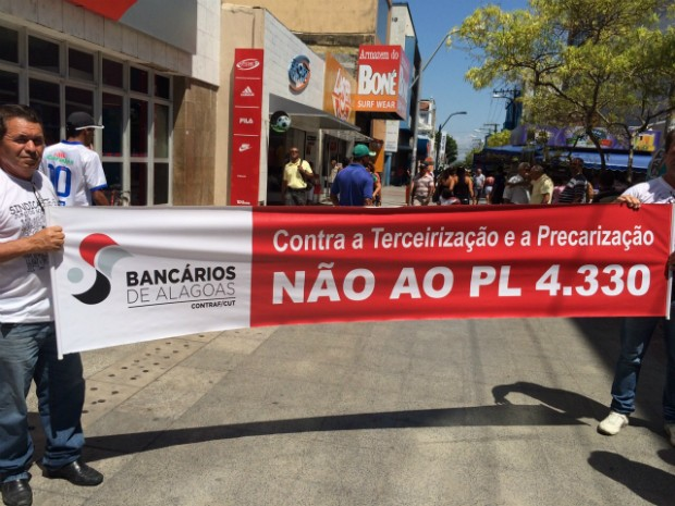 Trabalhadores estão em frente o Tribunal regional do Trabalho (TRT) (Foto: Carolina Sanches/G1)