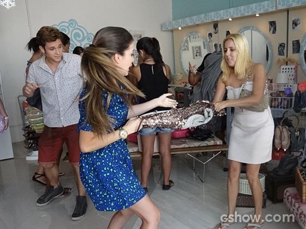Flaviana disputa o vestido com a cliente e acaba rasgando a peça (Foto: Malhação / TV Globo)