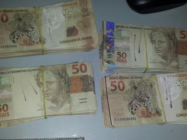 PRF achou bolsa com R$ 90 mil em notas falsas dentro de ônibus (Foto: Assessoria/PRF-MT)