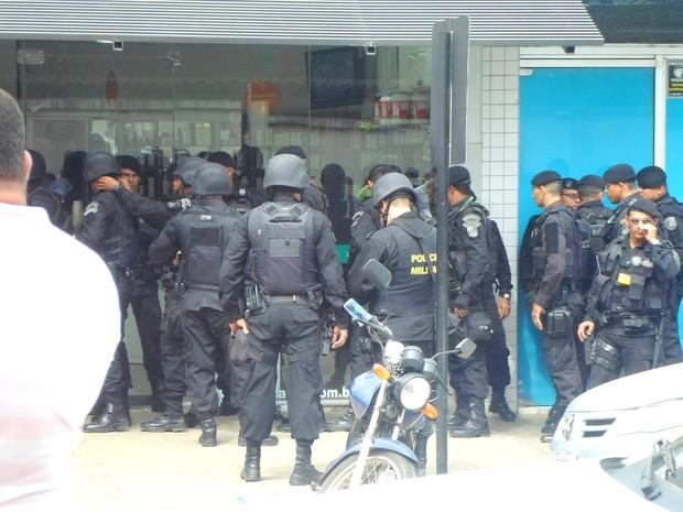 Assaltantes se entregam, após seis horas de negociação (Foto: Betho Calixto/Arquivo pessoal)