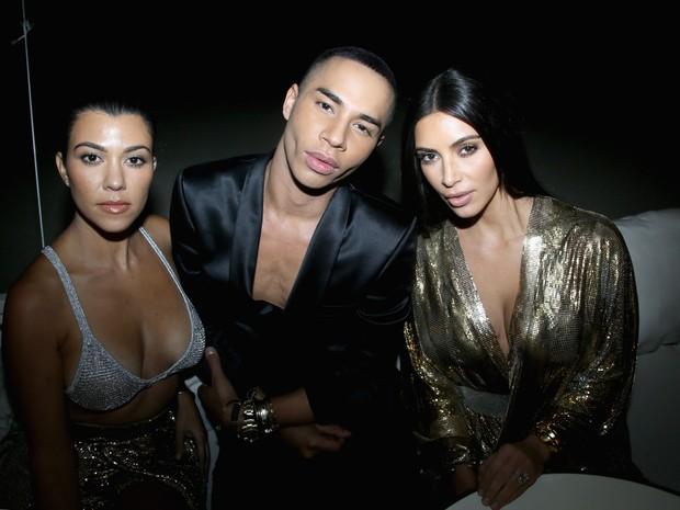 Kourtney Kardashian, Olivier Rousteing e Kim Kardashian em festa em Paris, na França (Foto: Victor Boyko/ Getty Images)