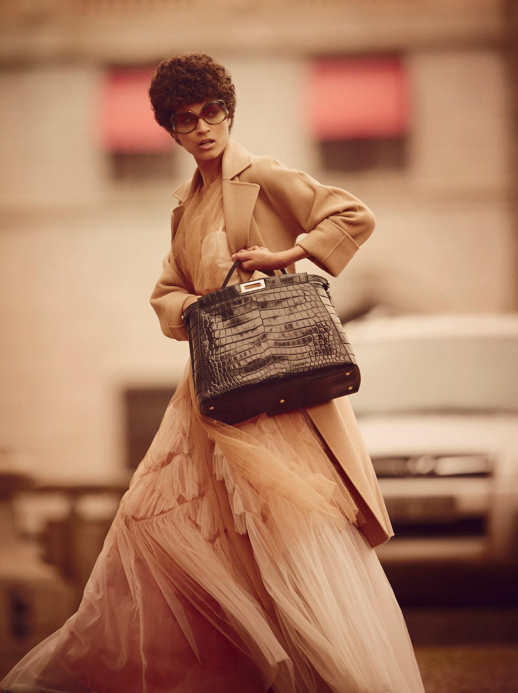 """No editorial """"Intimidade Revelada"""", Ari Westphal usa casaco Ralph Lauren; colete, top branco, top de tricô saia e cinto, tudo Dries Van Noten. Óculos Givenchy no brechó Minha Vó Tinha; bolsa Fendi (Foto: Reprodução/Vogue Brasil)"""