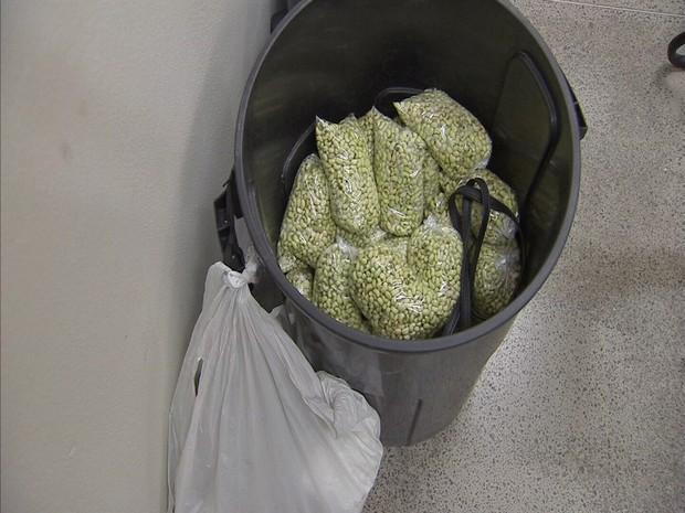 Segundo a polícia, sacos de feijão eram vendidos por R$ 3 no Centro de Fortaleza. (Foto: TV Verdes Mares/Reprodução)
