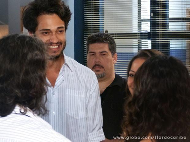 O rapaz fica feliz ao rever os pais (Foto: Flor do Caribe/TV Globo)