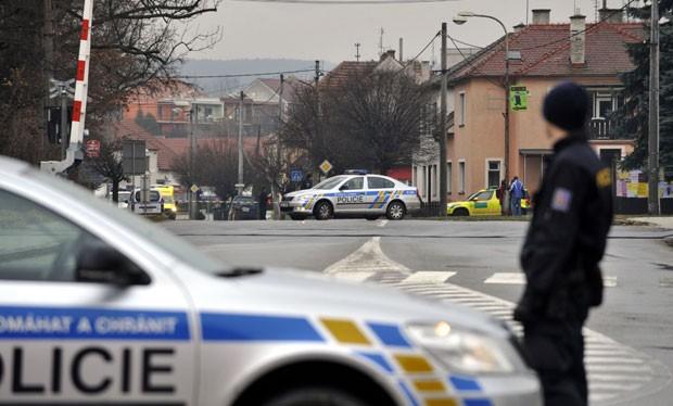 Policiais vigiam área perto de restaurante onde um homem armado abriu fogo nesta terça-feira (24) em Uhersky Brod, na República tcheca (Foto: Dalibor Gluck/AP)