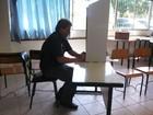 Candidato ao governo de SC, Gilmar Salgado vota em escola da capital