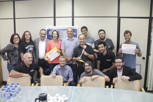 Equipe da Rede Vanguarda recebe estatueta do Prêmio de Programação Globo (Foto: Divulgação/ Rede Vanguarda)