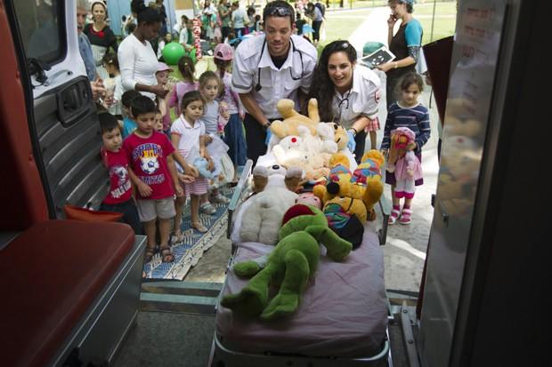 Crianças participam de atividade no Centro Médico Soroka, em Israel, em que ursinhos de pelúcia são usados para perder medo de hospital (Foto: Reuters/Amir Cohen)