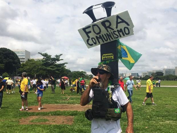 O radialista Paulo Campelo, de 61 anos, que protestava contra o governo Dilma neste domingo na Esplanada dos Ministérios (Foto: Alexandre Bastos/G1)