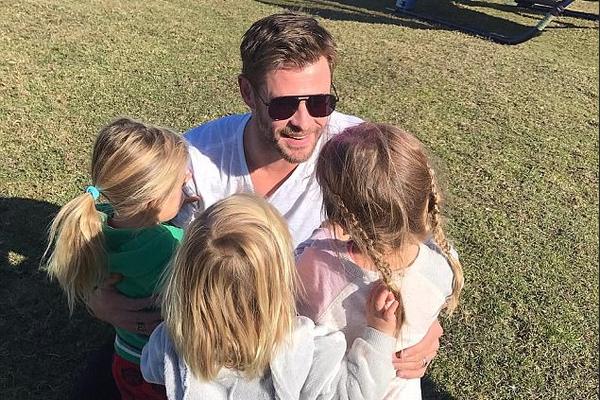 O ator Chris Hemsworth com os três filhos (Foto: Instagram)