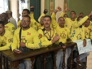 Mototaxistas comemoraram na câmara de Salvador a aprovação da regulamentação da atividade (Foto: Reprodução/TV Bahia)