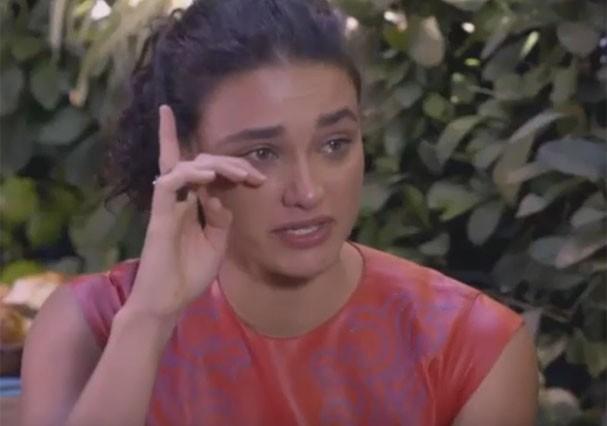Débora Nascimento chora ao lembrar de amiga que morreu de anorexia (Foto: Reprodução/Multishow)