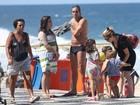 Cláudia Abreu vai à praia com a família no Rio