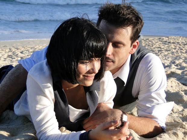 Os dois rolam nas areias de Ilhéus (Foto: Gabriela / TV Globo)