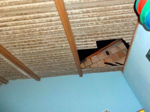 Homem cai nu do telhado da vizinha na Bahia (Foto: Alexandre Silva/Arquivo pessoal)