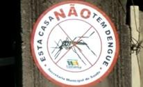 Projeto cola selos em casas sem focos do Aedes aegypti (Reprodução/ TV Anhanguera)