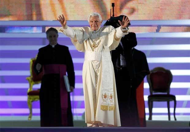 O Papa Bento XVI durante evento em Milão neste sábado (2) em que defendeu que famílias de países ricos apadrinhem famílias de países pobres (Foto: AP)