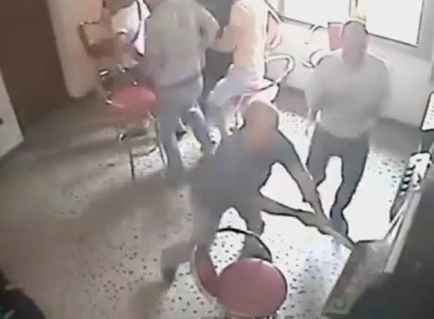 Nure Bregu ficou revoltado após perder R$ 14 mil em máquinas caça-níquel e destruiu equipamentos em bar (Foto: YouTube/Reprodução/SermonCentre)
