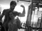 Na academia com Rodrigão, ex-BBB Adriana mostra muque do noivo