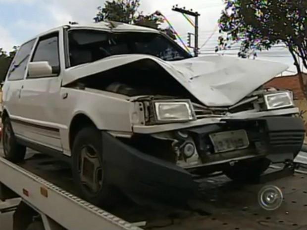 Frente do carro ficou amassada com o impacto da batida (Foto: Reprodução/ TV TEM)