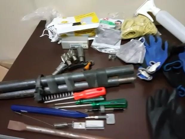 Na casa onde os suspeitos estavam foram localizadas várias ferramentas usadas no roubo (Foto: Reprodução EPTV)