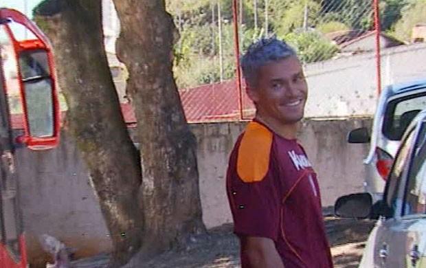 De cabelo roxo, Olívio volta ao Boa Esporte (Foto: Reprodução EPTV / Carlos Cazelato)